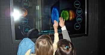 Młodzi Astronomowie uczą się sterowania obserwatorium / Credits: SolarisCenter