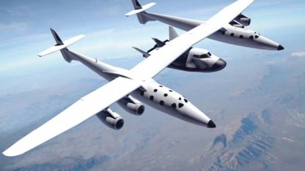 Statek Dream Chaser zawieszony pod WhiteKnightTwo, jednostce znanej z wynoszenia suborbitalnego statku SpaceShipTwo. Mini-wahadłowiec przejdzie pierwsze rzeczywiste testy aerodynamiczne właśnie przy wykorzystaniu statku-matki firmy Virgin Galactic / Credits: Sierra Nevada Corp.