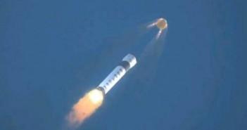 Wizja artystyczna wykorzystania systemu ratunkowego LAS kapsuły Dragon w razie problemów z rakietą Falcon 9 / Credit: SpaceX