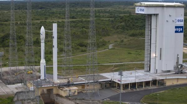 Rakieta Vega oczekująca na start na stanowisku startowym / Credits: ESA - S. Corvaja, 2012
