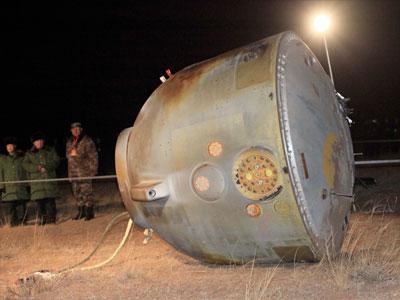 Kapsuła pojazdu Shenzhou-8 po udanym lądowaniu (CNSA)