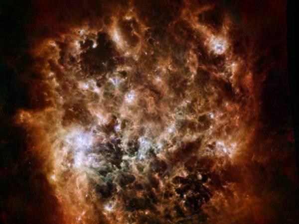 Ten nowy obraz Wielkiego Obłoku Magellana w świetle podczerwonym wykonany został przy użyciu Obserwatorium Kosmicznego Herschel (misja ESA przy udziale NASA) oraz Kosmicznego Teleskopu Spitzer (NASA) / Credits: ESA/NASA/JPL-Caltech/STScI