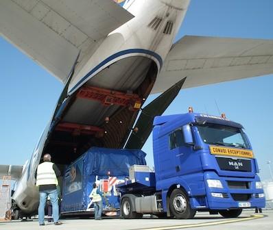 Wyładunek satelity MetOp-B z transportowego Antonowa / Credits: EADS Astrium