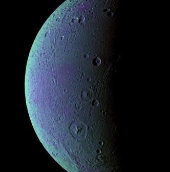 Księżyc Dione w fałszywych kolorach. Na jego powierzchni, oprócz kraterów, widać długie pasy lodowych uskoków. Świadczą one o aktywnej przeszłości geologicznej Dione. (Credits: NASA/JPL/Space Science Institute)