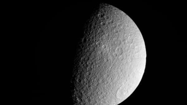 Sonda Cassini wykonała to zdjęcie Rei 10 marca tego roku z odległości około 41 873 kilometrów / Credits: NASA/JPL-Caltech/SSI