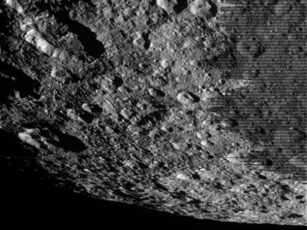 Sonda Cassini wykonała to zdjęcie Rei 10 marca tego roku z odległości około 42 096 kilometrów. Zdjęcie nie przeszło jeszcze procesu obróbki / Credits: NASA/JPL-Caltech/SSI