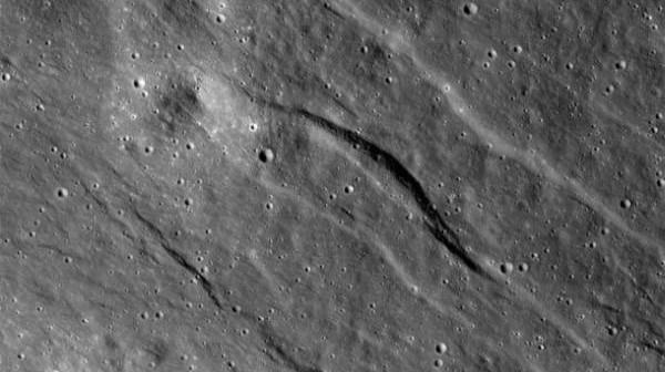 Zdjęcie ukazujące największy z nowo zaobserwowanych rowów tektonicznych na wyżynach niewidocznej z Ziemi strony Księżyca. Jego szerokość wynosi około 500 metrów, a dzięki danym topograficznym uzyskanym z kamery NAC (Narrow Angle Camera) wiemy, iż głębokość formacji wynosi około 20 metrów / Credits: NASA/Goddard/Arizona State University/Smithsonian Institution