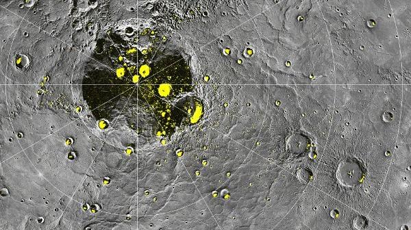 Okolice północnego bieguna Merkurego. Żółty kolor pochodzi od obserwacji radarowych z Arecibo - reszta obrazu to wynik obserwacji sondy MESSENGER / Credits - NASA, JHUAPL, CIW