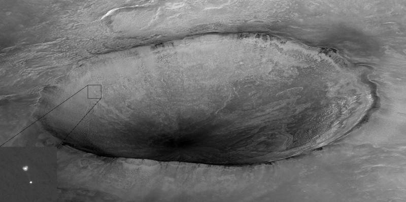 Zdjęcie wykonane przez MRO w momencie opadania na spadochronie lądownika Phoenix w 2008 roku / Credits: NASA