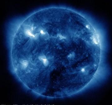 Słońce w dniu 6 marca 2012. Wyraźnie widoczny region 1429 (najjaśniejszy obszar na tym obrazie) / Credits - NASA, SDO