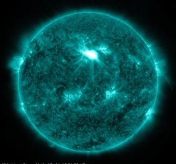 Faza maksymalna rozbłysku klasy M6.3 - 09.03.2012 / Credits - NASA, SDO