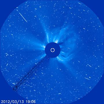CME wywołane przez rozbłysk z 13 marca (materia na prawo od przesłoniętej tarczy słonecznej) / Credits - NASA, ESA, SOHO