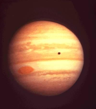 Jedna z fotografii Jowisza wykonanych przez sondę Pioneer 10. Na powierzchni gazowego giganta widoczny jest cień księżyca Io oraz Wielka Czerwona Plama / Credits: NASA