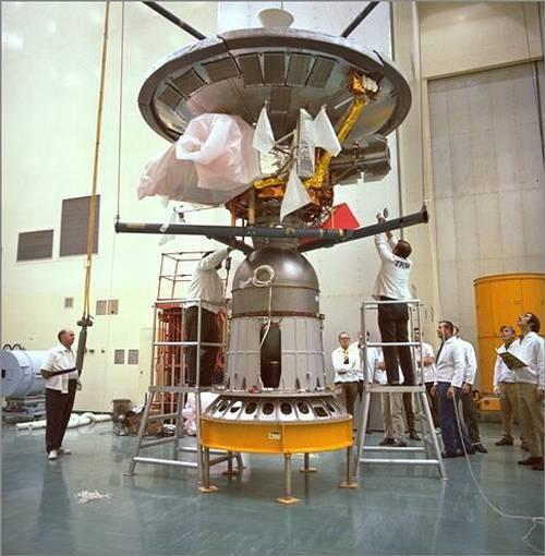 Sonda Pioneer 10 w jednym z ośrodków NASA po dostarczeniu przez producenta (TWR) / Credits: NASA