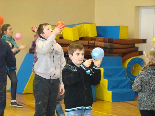 Próba znalezienia środka ciężkości balonika poprzez dmuchanie na niego przez słomkę. (Credits: S. Moliński)