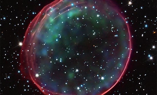 Pozostałości po eksplozji supernowej typu Ia o nazwie SNR 0509-67.5. Zielone oraz czerwone bąble to podgrzana eksplozją materia widziana w paśmie rentgenowskim. Kolor czerwony i różowy to miejscowy gaz widziany na falach optycznych i podgrzany silnym uderzeniem materii wyrzuconej z gwiazdy podczas eksplozji / Credit - NASA, ESA, B. Schaefer i A. Pagnotta (Louisiana State University, Baton Rouge); obrazek - Credit: NASA, ESA, CXC, SAO, the Hubble Heritage Team (STScI/AURA), J. Hughes (Rutgers University)
