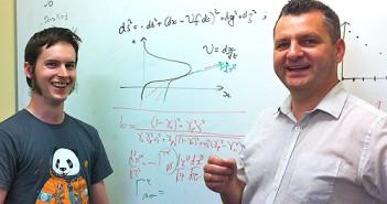 To brzmi jak pomysł rodem z fantastyki naukowej i po części tak jest - stwierdził Profesor Geraint Lewis (po prawej). Po lewej student Brendan McMonigal, który także brał udział w projekcie. / Credits: University of Sydney