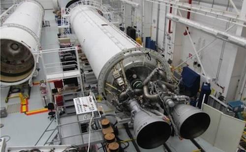 Na zdjęciu widoczne dwa silniki AJ26, które zostały już zainstalowane na pierwszym stopniu egzemplarza rakiety Antares, który będzie testowany za kilka miesięcy na stanowisku startowym na wyspie Wallops. Silniki te w swojej pierwotnej wersji, zaprojektowane na przełomie lat 60 i 70-tych ubiegłego wieku, miały być motorami napędowymi rakiety N1, która miała dać możliwość ZSRR lotu na Księżyc / Credits: Orbital Sciences Corp.