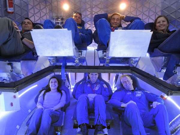 Testy z udziałem ludzi przeprowadzane w egzemplarzu symulującym warunki wewnątrz kapsuły Dragon / Credits: SpaceX