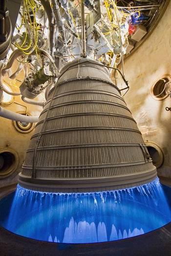 Silnik nowej generacji CECE w czasie czwartego i ostatniego testu hot-fire / Credits: NASA