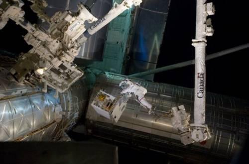 Moduł RRM został umieszczony na zewnętrznej strukturze Stacji ISS 12 lipca 2011 roku w czasie spaceru kosmicznego w wykonaniu astronautów Mike Fossum i Ron Garan. Po lewej na jednym z modułów widoczny robot Dextre / Credits: NASA