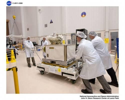 Przygotowania do testów platformy SCaN Testbed w komorze próżniowej (marzec 2011) / Credits: NASA