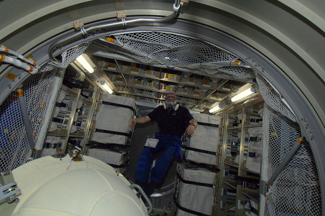 André Kuipers w środku modułu cargo ATV/Credits: ESA