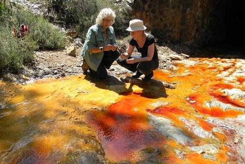 Na zdjęciu Penny Boston oraz Cassie Conley pobierają próbki wody z zakwaszonej rzeki Rio Tinto w Hiszpanii. Jest to dobre poletko doświadczalne do poszukiwań mikroorganizmów mogących występować w oceanie Europy. (Credits: Leslie Mullen)