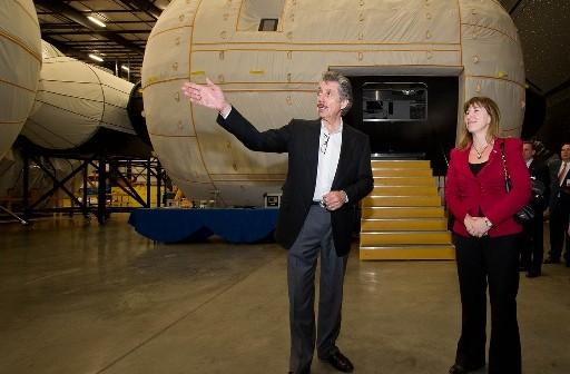 Robert Bigelow i Lori Garver - zastępczyni administratora NASA, przed makietą modułu BA-330 / Źródło: NASA