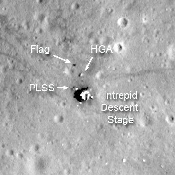 Zbliżenie na miejsce lądowania misji Apollo 12 - widoczny cień flagi / Credits - NASA/GSFC/Arizona State University