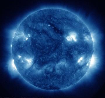 Widok Słońca w momencie fazy maksymalnej rozbłysku z 27 kwietnia 2012. Przy zachodnim brzegu tarczy widać zbliżające się obszary aktywne. / Credits - NASA, SDO