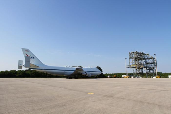 Samolot SCA na płycie postojowej przy konstrukcji MDD, za pomocą której wahadłowiec Discovery zostanie umieszczony na grzbiecie Jumbo Jeta / Credits: NASA/Kim Shiflett