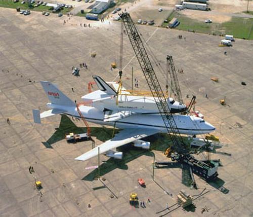Prom Enterprise ściągany ze SCA przy wykorzystaniu mobilnych dźwigów / Credits: NASA