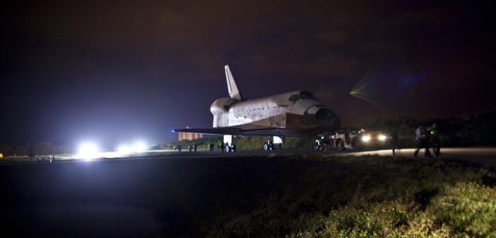 Prom kosmiczny Discovery w trakcie przemieszczenia na płytę postojową SLF / Credits: NASA/Dimitri Gerondidakis