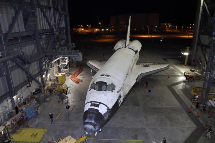 Discovery tuż przed ostatnim w historii manewrem wyjazdu z hali VAB / Credits: NASA/Kim Shiflett