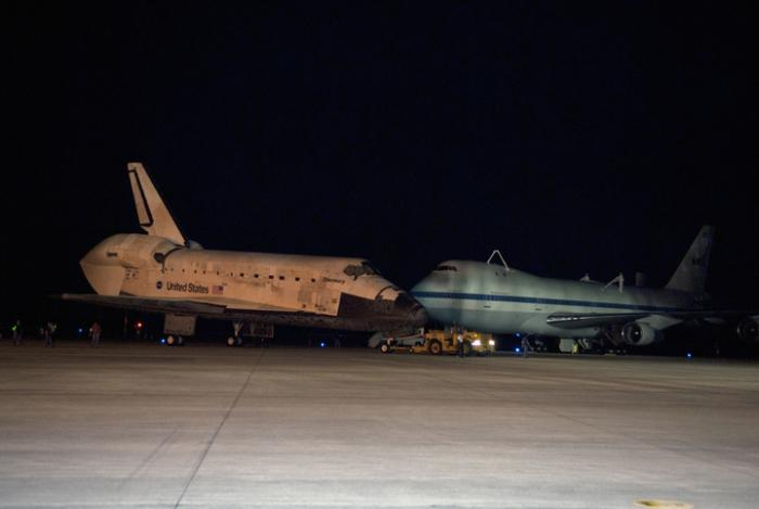 Prom kosmiczny Discovery i zmodyfikowany Boeing 747 (SCA) / Credits: NASA/Tim Jacobs
