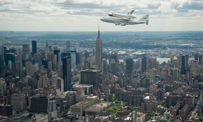 Wahadłowiec Enterprise na zmodyfikowanym Boeingu 747 w czasie powitalnego przelotu nad Nowym Jorkiem, w tle Empire State Building / Credits: NASA/Robert Markowitz