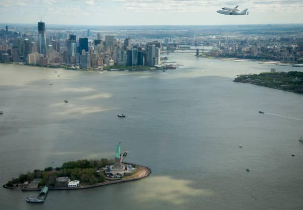 Przelot Enterprise nad Nowym Jorkiem, poniżej Statua Wolności oraz dolny Manhattan / Credits: Wahadłowiec Enterprise nad zmodyfikowanym Boeingu 747 w czasie powitalnego przelotu nad Nowym Jorkiem, w tle Empire State Building / Credits: NASA/Robert Markowitz