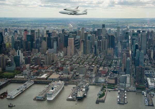 Przelot samolotu SCA z wahadłowcem Enterprise na grzbiecie, poniżej lotniskowiec Intrepid / Credits: NASA
