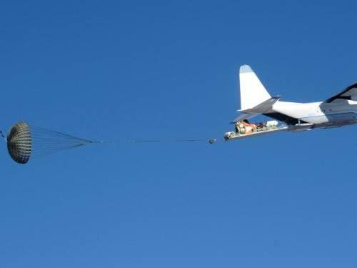 Moment rozpoczęcia zrzutu systemu spadochronów statku Orion / Credits: NASA