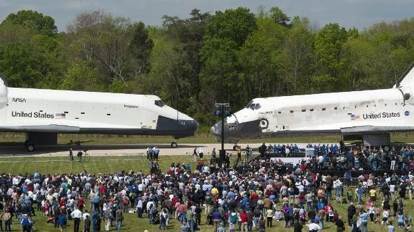 Spotkanie promów Discovery i Enterprise - 19.04.2012 / Credits - NASA/Smithsonian Institution/Carolyn Russo