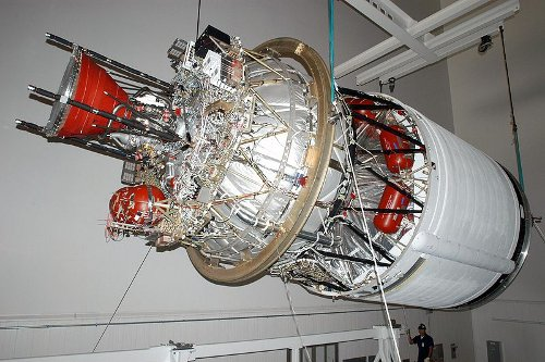 Silnik RL-10, mogący stanowić alternatywę dla konstruowanego i testowanego J-2X. W tej chwili nie wiemy jeszcze, jakie trzy firmy zdecydowały się odpowiedzieć na ogłoszenie NASA i czy właśnie ten silnik stanie się napędem zastępczym górnego stopnia SLS. (Zdjęcie: NASA)