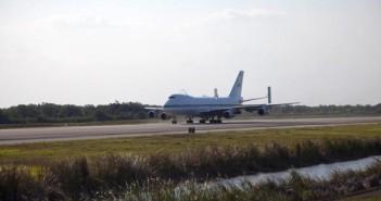 Przylot samolotu transportującego wahadłowce (SCA) na lotnisku w porcie kosmicznym KSC / Credits: NASA/Frankie Martin
