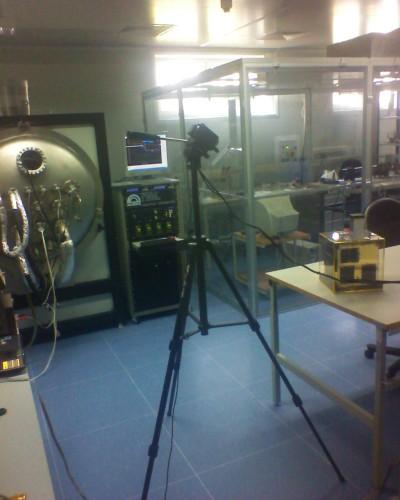 Zaproszeni goście mieli okazję przez szybę obejrzeć w clean roomie gotowego do lotu satelitę BRITE-PL Lem, który pod koniec tego roku zostanie wystrzelony na orbitę / Credits: Kosmonauta.net