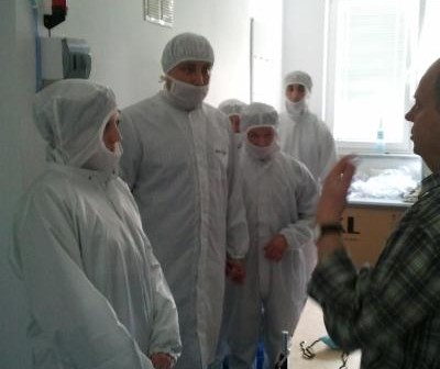 Rodzicie chrzestni satelity BRITE-PL Heweliusz przed wejściem do clean roomu / Credits: Kosmonauta.net