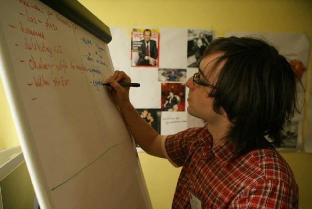 Artur Łukasik przy tworzeniu planu przetrwania na bezludnej wyspie/Credits: SKA