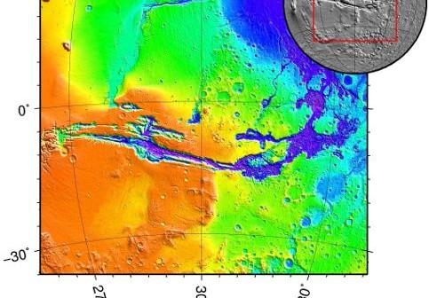 Zdjęcie przedstawia mapę topograficzną Marsa z Valles Marineris. Warto zwrócić uwagę na brak krawędzi, mogących utrzymać masy ciekłej wody wewnątrz kanionu. Na północy znajduje się duże zagłębienie, do którego zapewne spływałaby woda. (Źródło ilustracji: Wikipedia)
