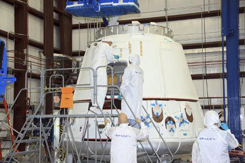 Prace przy kapsule Dragon. Zdjęcie z 4 kwietnia 2012 / Credits - NASA