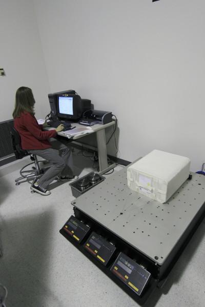 Ważenie eksperymentów systemu NanoRack, które mają polecieć wewnątrz kapsuły Dragon. Zdjęcie z 20 kwietnia 2012. / Credits - NASA
