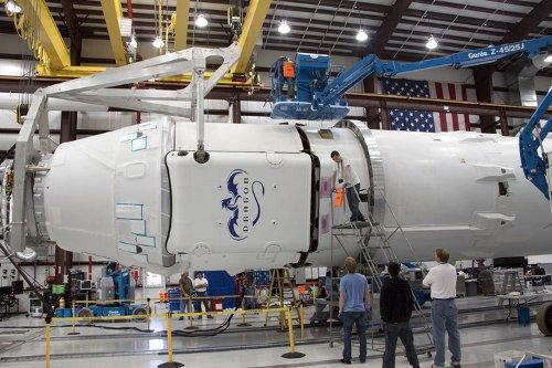 Instalacja kapsuły Dragon (wersja bezzałogowa, do misji Dragon C2+) do rakiety Falcon 9 - 26.04.2012 / Credits - NASA/Jim Grossmann